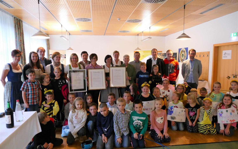 Bürgermeisterin Karin Gulas( 10.vlnr) und Bürgermeister Bernhard Moser (3. vlnr) sowie GF Oliver Gulas- Wöhri (1. vrnl) mit den neuen Naturparkschulen VS Landl, Gams und Wildalpen, samt PädagogInnen und Schulkinder